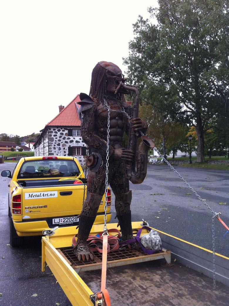 Fucking Genius. THIS is art.. norge <3<3 predator sax Statue